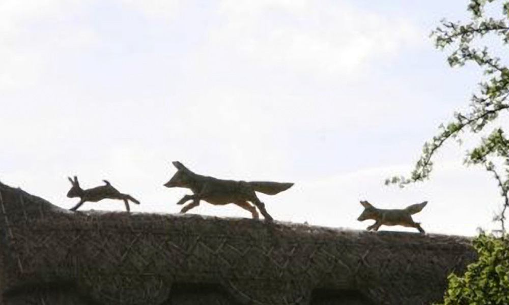 straw-store-foxes-chase-rabbit-01